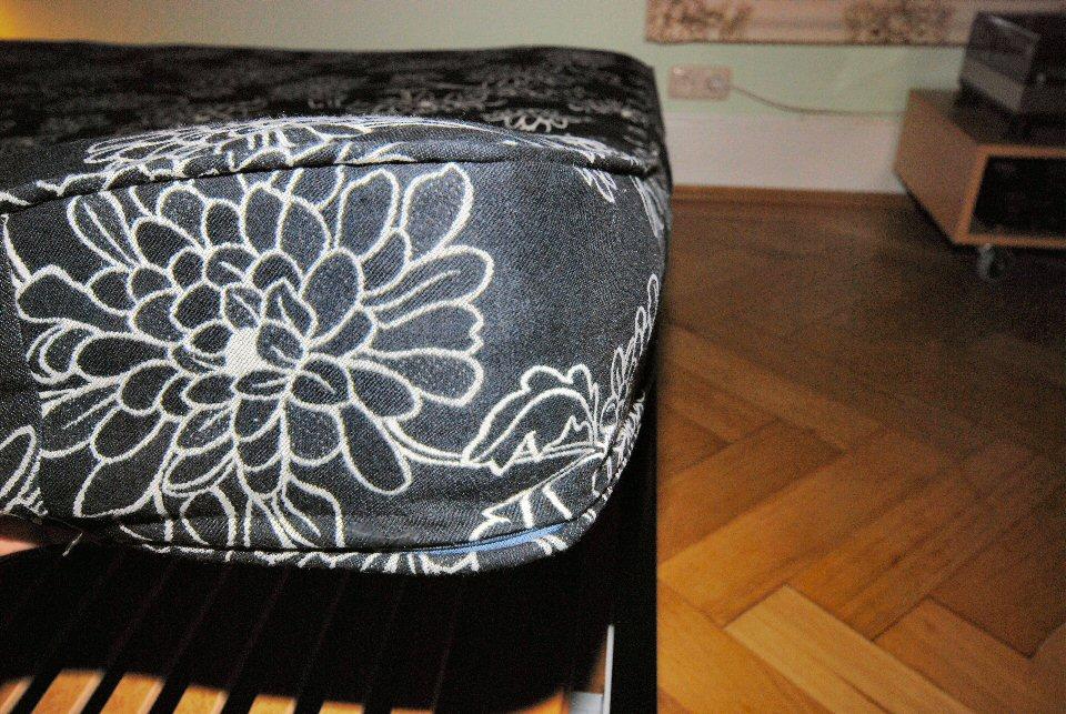 polsterbez ge detailansicht einer polsterliege mit kissen und nackenrolle vom n hservice aurach. Black Bedroom Furniture Sets. Home Design Ideas